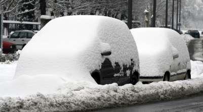 Нужно ли убирать снег с крыши автомобиля